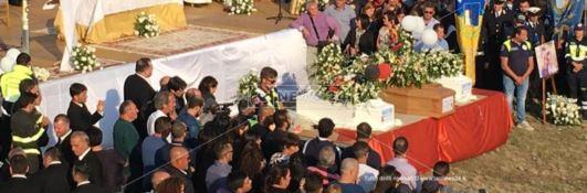 Commozione e dolore nel giorno dell'addio a Stefania e ai suoi piccoli Christian e Nicolò