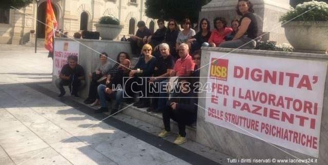 Una delle proteste dei lavoratori delle strutture psichiatriche a Reggio