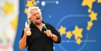 Italia 5 Stelle, Grillo sul palco con una manina: «Salvini leale ma diverso da noi»
