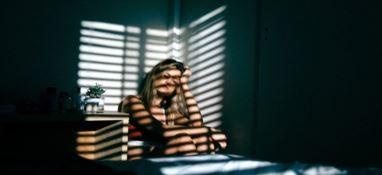 Istat, giovani invisibili: sempre più connessi, soli e solitari