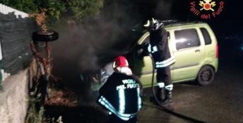 Notte di fuoco a Squillace, in fiamme un'auto