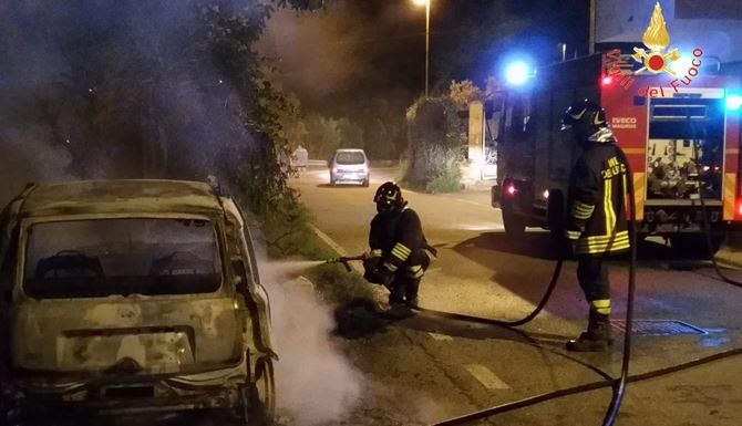 L'auto bruciata a Davoli
