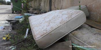 Sporcizia e degrado, il grido d'allarme dei residenti delle case popolari di Vena: «Noi abbandonati»