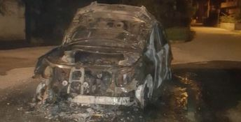 Auto distrutta dalle fiamme nel Catanzarese