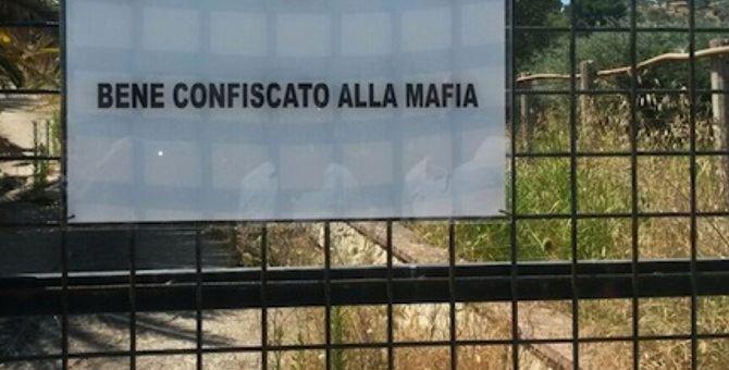 Un cartello di bene confiscato alla mafia