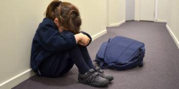 Bambini picchiati e umiliati: due maestre sospese
