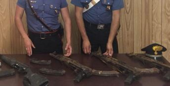 Nascondeva kalashnikov sotto terra, arrestato 50enne