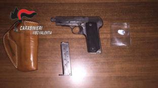 Tropea, uomo sotto effetto di cocaina punta una pistola sulla folla