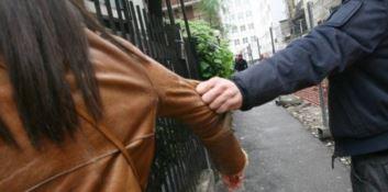 Cosenza, picchiata e trascinata per i capelli davanti alla figlia: arrestato