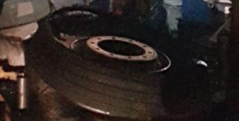 Viaggio da incubo su un bus low-cost, esplodono due pneumatici