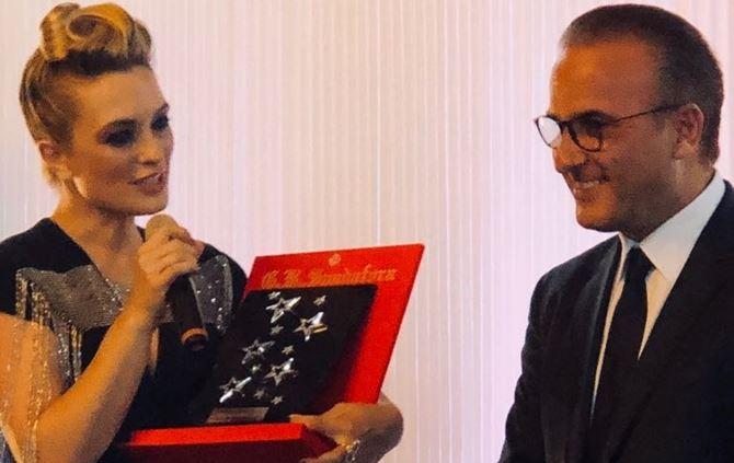L'attrice Carolina Crescentini mentre ritira il premio realizzato da Spadafora