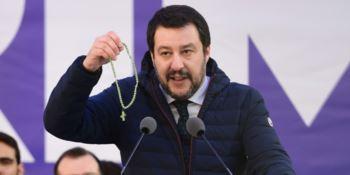 Il ministro Matteo Salvini mentre brandisce un rosario