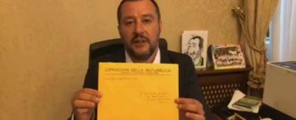 Salvini riceve l'avviso di garanzia e lo appende al muro: «Un'altra medaglia»