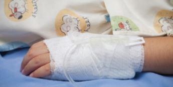 Bimba caduta dal balcone, i medici: «Condizioni gravi ma è fuori pericolo»