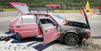 Auto in fiamme, intervento decisivo di un vigile del fuoco libero dal servizio