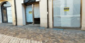 «Saracinesche abbassate e negozi sfitti»: sos da Confcommercio Reggio