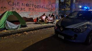Cosenza, famiglia vive per strada: poliziotti gli pagano l'albergo