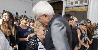 L'abbraccio di Mattarella al familiare di una vittima - Foto Ansa