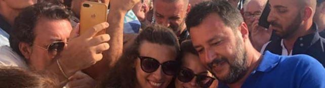 Selfie tra la folla