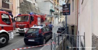 Paura a Pizzo, camion urta contro un balcone che crolla: traffico in tilt