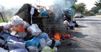 Lamezia, raccolta dei rifiuti sospesa: iniziano i roghi dei cassonetti