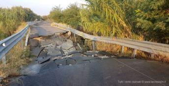 Boato nella notte: crolla una strada, tre famiglie isolate