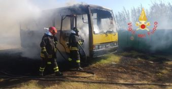 Incendio distrugge due scuolabus a Falerna, indagini in corso