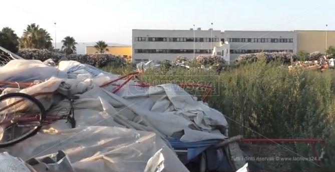 Macerie e rifiuti nell'ex baraccopoli di San Ferdinando