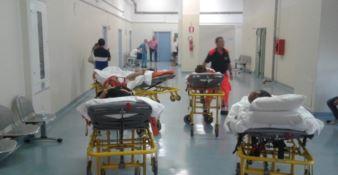 """Pazienti in barella """"parcheggiati"""" nel corridoio in attesa di una tac"""