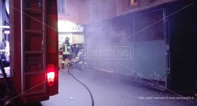 Il negozio dato alle fiamme