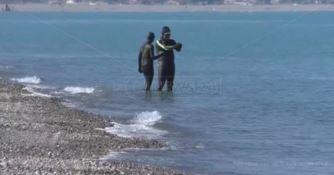 Corigliano-Rossano, dopo la mareggiata arrivano i primi bagnanti