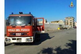Reggio, tra i rifiuti incendiati a Ciccarello c'è anche una bombola: chiusa l'area