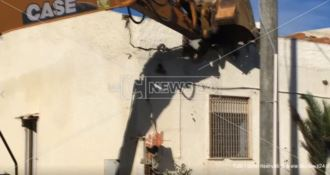 La demolizione delle case abusive