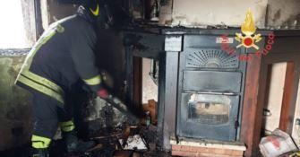 Lamezia, in fiamme un'abitazione in zona Caronte