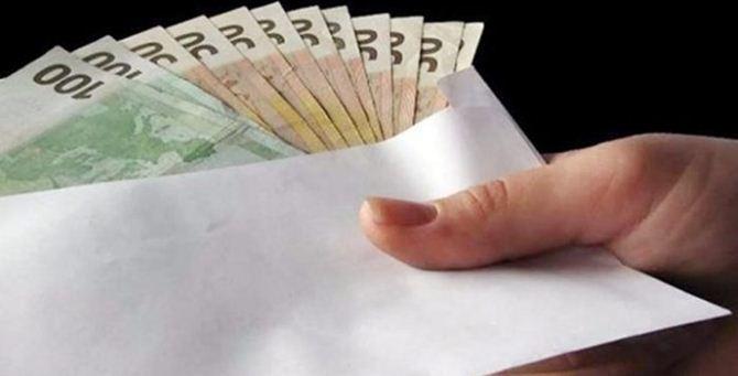 Una busta piena di soldi
