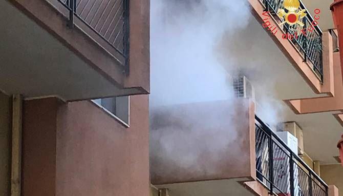Incendio sul balcone dell'ambulatorio dell'Asp di Soverato