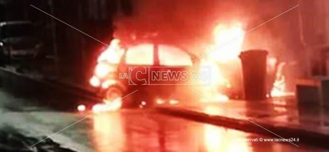 Auto in fiamme a Cosenza