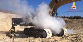 Escavatore in fiamme a Cropani, illeso l'operaio