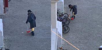 Armata di paletta e scopa pulisce le strade, il sindaco la cerca su Facebook