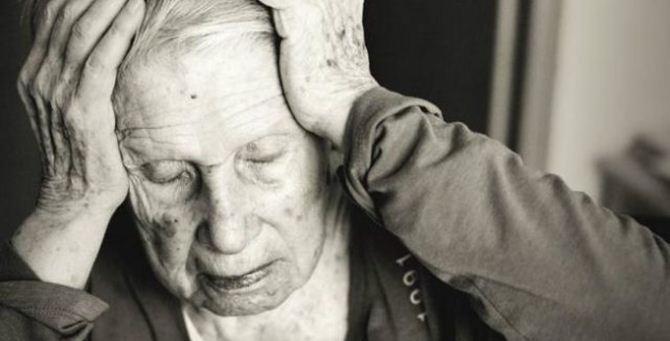 Un'anziana che soffre di Alzheimer