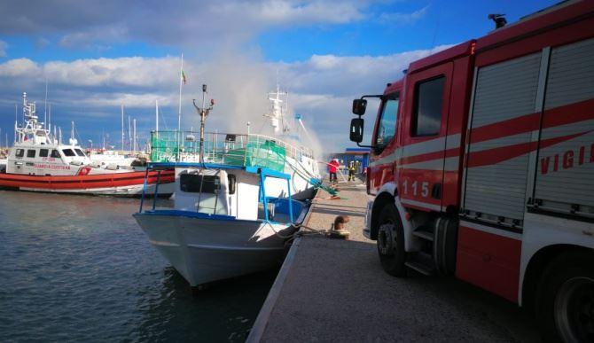Incendio al porto di Roccella