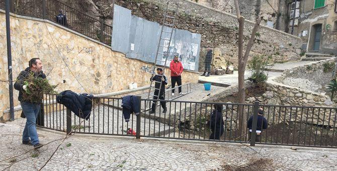 Volontari e operai sulla scalinata del Cannone