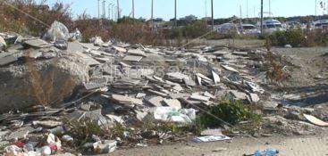 Sorpreso ad abbandonare rifiuti speciali in area demaniale, denunciato