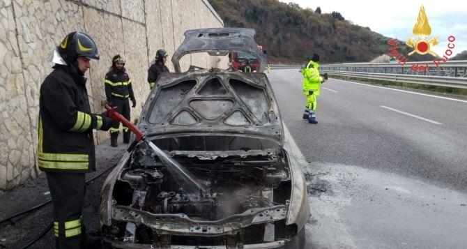 Incendio auto sull'A2