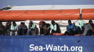 Migranti a bordo della nave, foto Ansa