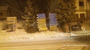 Sila sotto la neve, un semaforo va in tilt e sulla Statale 107 è caos