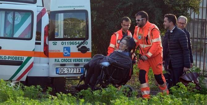 La donna rimasta gravemente ferita (foto Ansa)