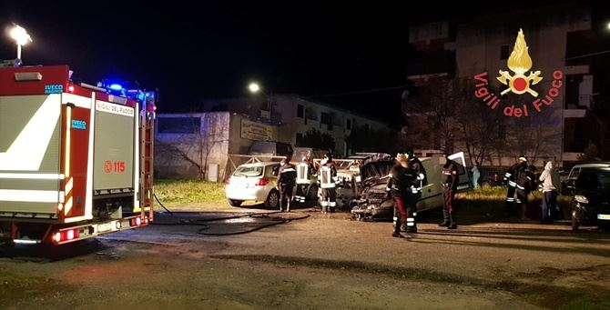 Alcune delle auto incendiate
