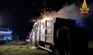 Incendio auto-compattatore a Cutro