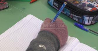 Una mano protetta da un guanto a scuola - Repertorio